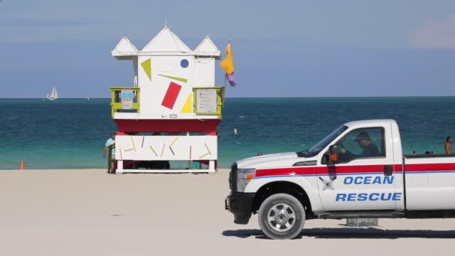art deco style lifeguard hut on south beach, ocean drive, miami beach, miami, florida, usa - cabina del guardaspiaggia video stock e b–roll