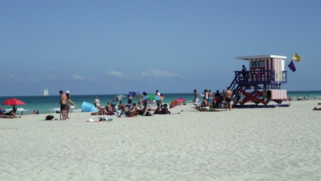 art deco style lifeguard hut on south beach, ocean drive, miami beach, miami, florida, usa - マイアミビーチ点の映像素材/bロール
