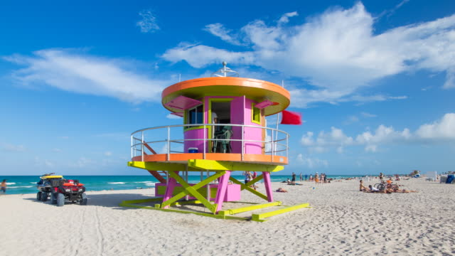 art deco style lifeguard hut on south beach, ocean drive, miami beach, miami, florida, usa - time lapse - アールデコ点の映像素材/bロール