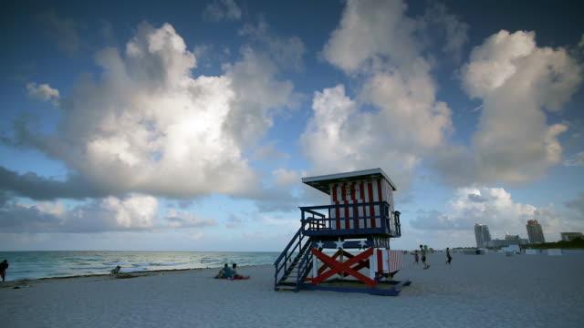 art deco style lifeguard hut on south beach, ocean drive, miami beach, miami, florida, usa - アールデコ点の映像素材/bロール