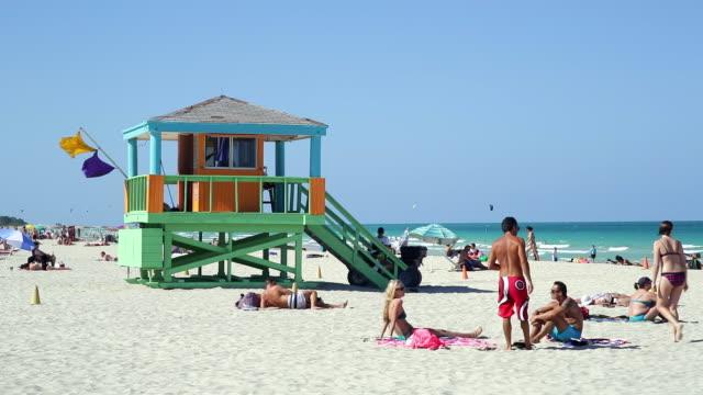 art deco style lifeguard hut on south beach, ocean drive, miami beach, miami, florida, usa - サウスビーチ点の映像素材/bロール