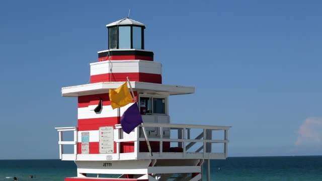 art deco style lifeguard hut on south beach, ocean drive, miami beach, miami, florida, usa - アールデコ点の映像素材/bロール