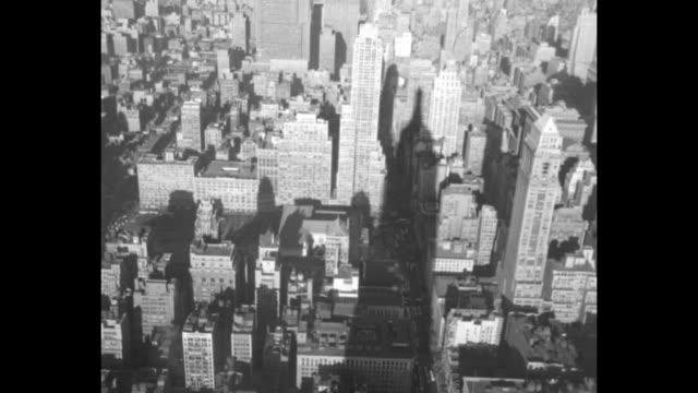 vídeos de stock, filmes e b-roll de vs art deco top of empire state building seen from observation deck / vs shadow of building on structures far below and central park beyond - ponto de observação