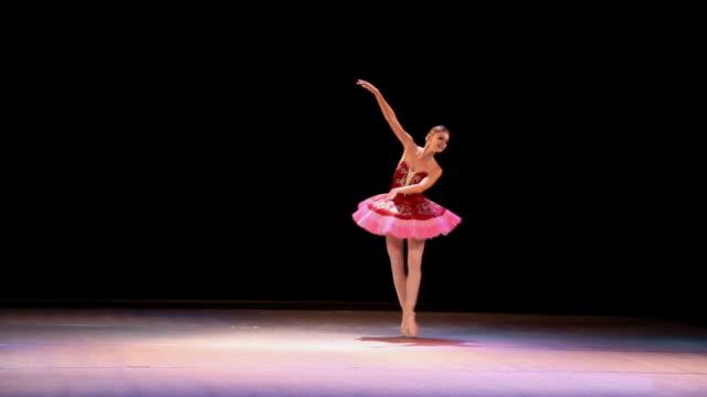 vídeos de stock e filmes b-roll de arte de ballet - bailarina de ballet