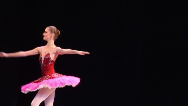vídeos de stock, filmes e b-roll de arte de balé - teatro clássico