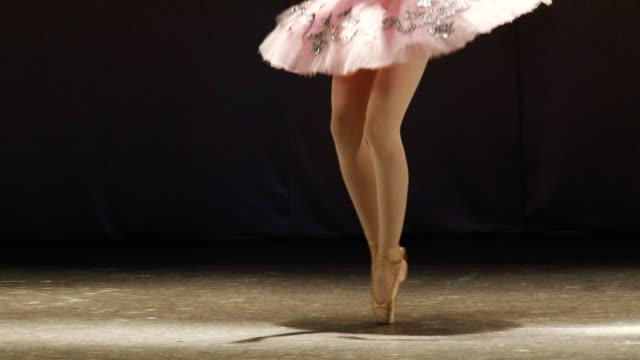 アートのバレエ - 女性ダンサー点の映像素材/bロール