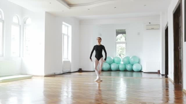 kunst des tanzens. - auf den zehenspitzen stock-videos und b-roll-filmmaterial