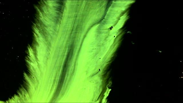 vídeos de stock, filmes e b-roll de as manchas e as gotas da pintura da arte fluem no fundo preto - técnica de imagem grunge
