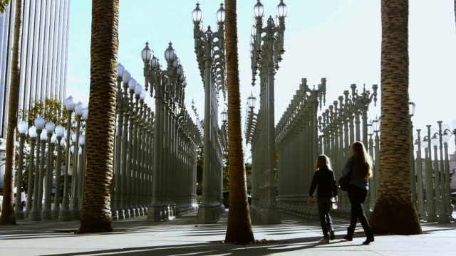 ws art sculpture by chris burden made of 202 antique cast iron lampposts in  plaza at los angeles county museum of art / los angeles, california, usa - 同等点の映像素材/bロール