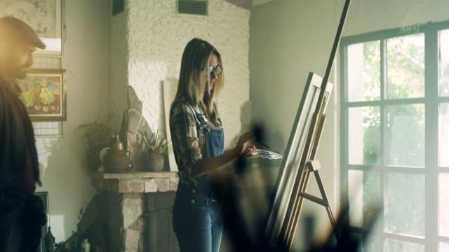 art student and instructor - tela di canapa video stock e b–roll