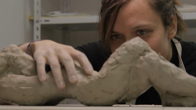 vidéos et rushes de art studio. jeune femme à réaliser une sculpture. - sculpture production artistique