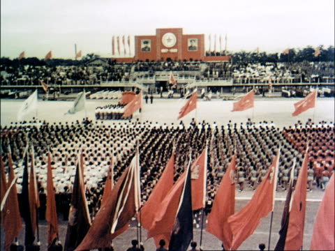 vídeos y material grabado en eventos de stock de art troupes march by in formation carrying flags / formations and flags fill the stadium - mao tse tung