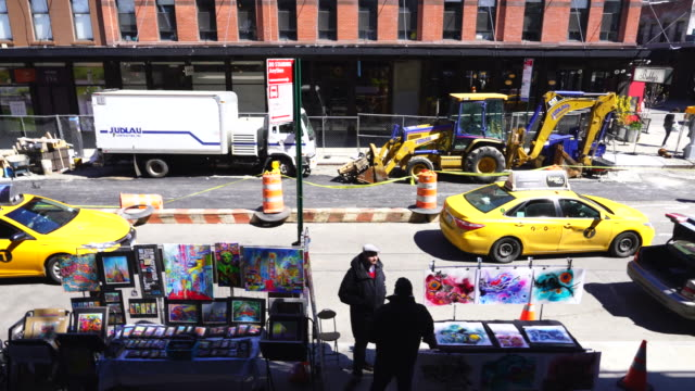 art vendors on the washington street at meatpacking district in manhattan. images was taken from the high line park. - bancarella video stock e b–roll
