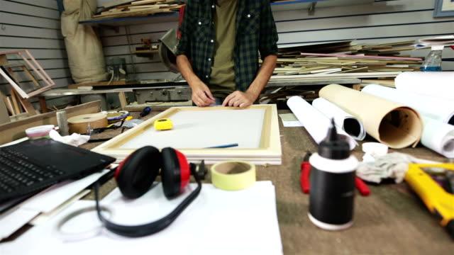 vídeos de stock, filmes e b-roll de workshop de arte - só um homem maduro