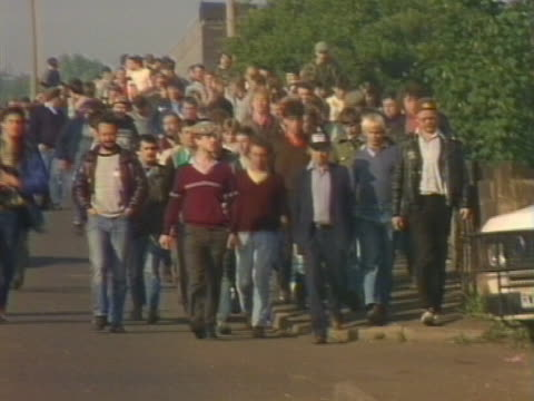 arthur scargill leads a column of picketing miners to the orgreave coking plant in yorkshire - minatore video stock e b–roll