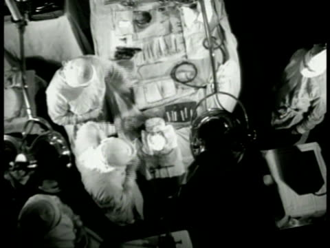 vídeos de stock e filmes b-roll de cu article 'electrocorticogram' xha ws surgeons performing neurosurgery in operation room ms doctors operating graphic cu wires hooked to patient's... - neurologista