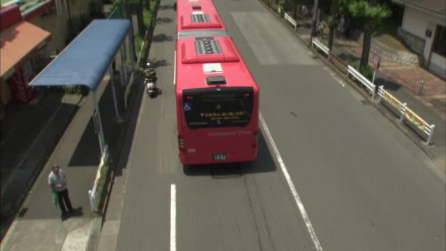 articulated bus in tokyo - バス停留所点の映像素材/bロール