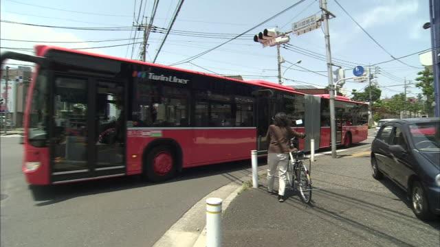 vídeos de stock, filmes e b-roll de articulated bus in tokyo - escrita ocidental