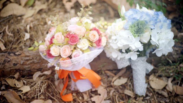 vídeos de stock, filmes e b-roll de ramalhetes de flores artificiais em um terreno. - durability