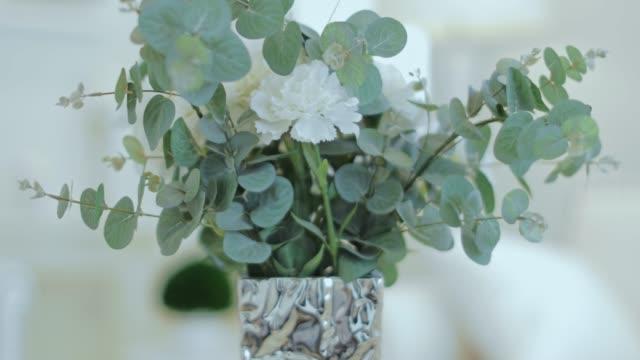 stockvideo's en b-roll-footage met kunstmatige plant in een vaas - flower head