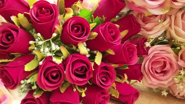 バレンタインデーのための人工のバラの花。 - 花束点の映像素材/bロール