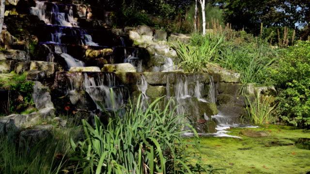 Künstlicher Wasserfall im Londoner Regent Park Queen Mary Garten Bereich