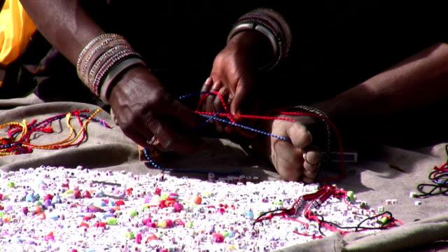 artisan bei der arbeit - perlenschnur stock-videos und b-roll-filmmaterial