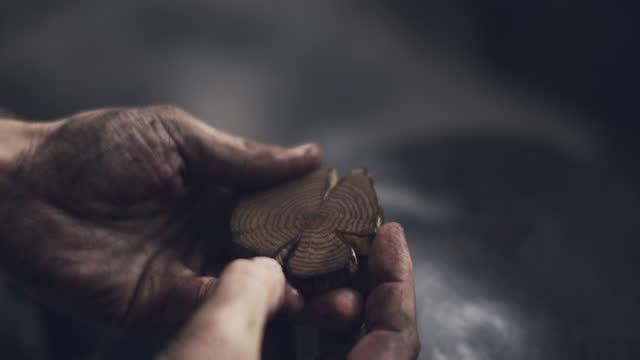 vidéos et rushes de cu artisit's hands rubbing paint into a wood block - profession créative
