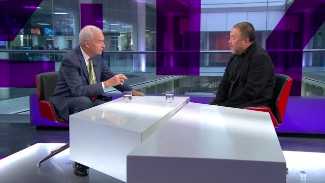 artist ai weiwei makes film about mass migration 'human flow' ai weiwei interview continues sot reporter and ai weiwei - jon snow journalist stock-videos und b-roll-filmmaterial