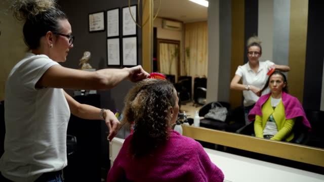 vídeos de stock e filmes b-roll de artist and hair design,hairdresser professional occupation - cut video transition