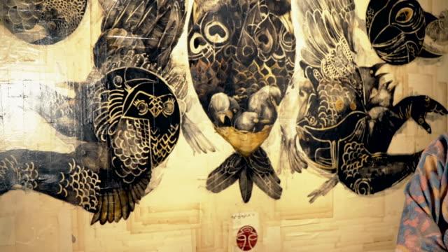 stockvideo's en b-roll-footage met kunstenaar en het meesterwerk - tentoonstelling