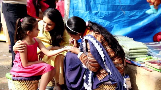 vídeos y material grabado en eventos de stock de artist applying henna on girl hands at suraj kund, haryana, india - menos de diez segundos