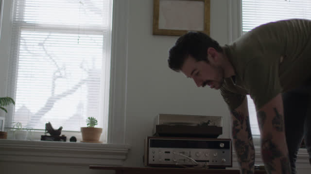 stockvideo's en b-roll-footage met ms slo mo. diy artist assembles a stretched canvas frame for painting in modern apartment. - canvas