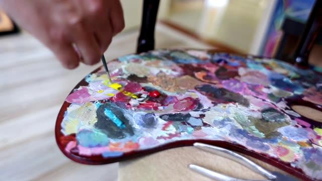 パレット上の色をブレンドするアーティスト - ブレンダー点の映像素材/bロール