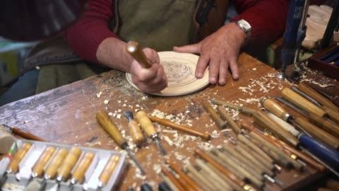 konstnär carving dekorativa trä tallrik - tradition bildbanksvideor och videomaterial från bakom kulisserna