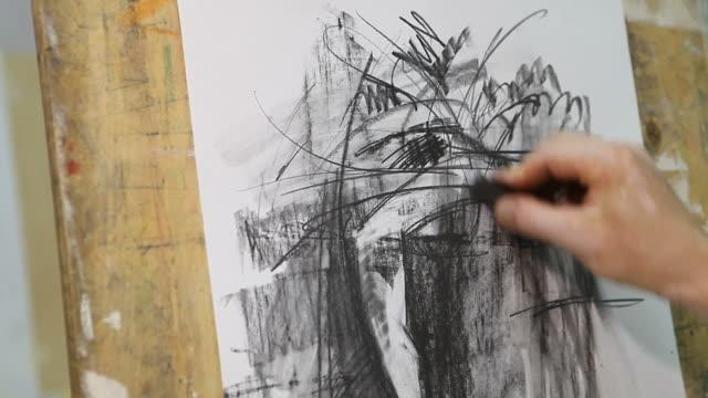 artista disegno in studio (hd) - tela di canapa video stock e b–roll