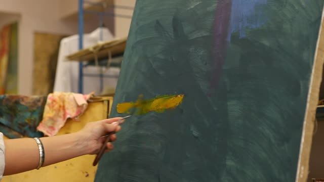 stockvideo's en b-roll-footage met artist drawing in studio (hd) - canvas