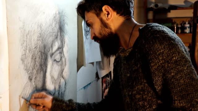 artist draws a portrait  with a pencil - 4k video - einzelner mann über 30 stock-videos und b-roll-filmmaterial