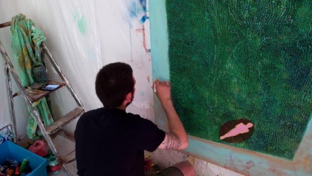 vídeos y material grabado en eventos de stock de artista disfrutando de su sesión de dibujo en un estudio de arte - artista
