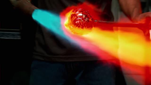 cu artist glassblower torching molten glass ball to reduce silver content of color glass threading, mid section, santa barbara, california, usa - 僅一成熟男士 個影片檔及 b 捲影像