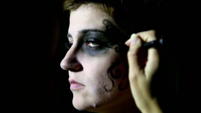 Künstlers Hand Gemälde Frau Gesicht für Halloween
