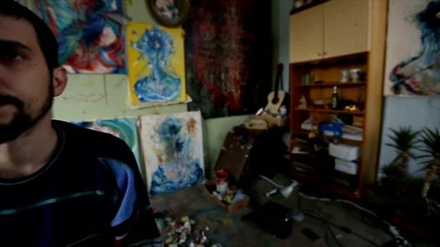 vídeos de stock, filmes e b-roll de artista olhando suas pinturas - painter artist