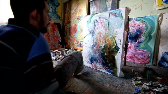 vídeos de stock, filmes e b-roll de artista olhando sua ofegante - painter artist