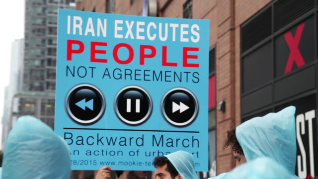 vídeos de stock, filmes e b-roll de artist mookie tenembaum leads a silent march across the city against the iranian regime on the day that iranian president rouhani addresses the un... - detrás para frente