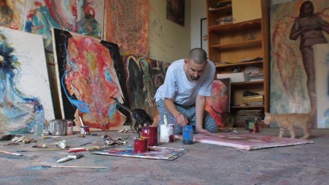 vídeos y material grabado en eventos de stock de artista- pintor trabajando en la pintura en estudio - pintor