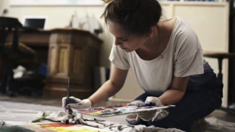 vídeos y material grabado en eventos de stock de artist painting in artist studio. - arte