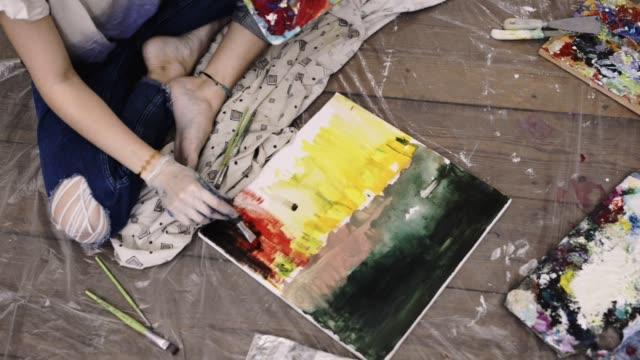 vídeos y material grabado en eventos de stock de artist painting in artist studio. - pincel