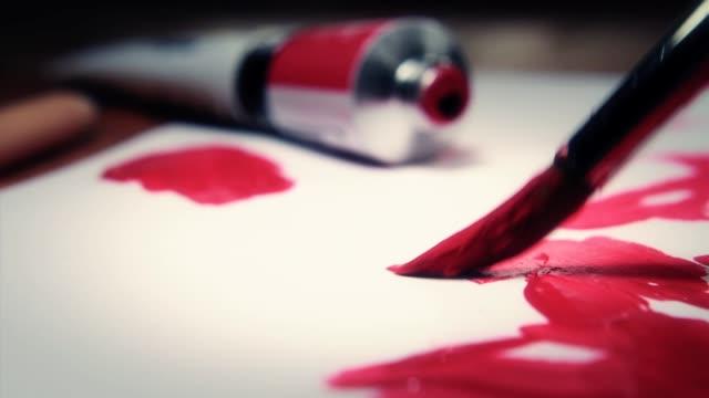 stockvideo's en b-roll-footage met artist painting on paper - close up macro - verfkwast