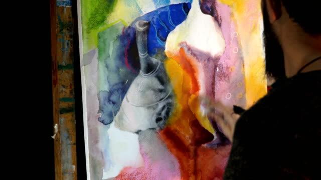 vídeos y material grabado en eventos de stock de artist paints an abstract picture of mixed technique - watercolor and pastel - 4k video - caballete equipo de arte y artesanía