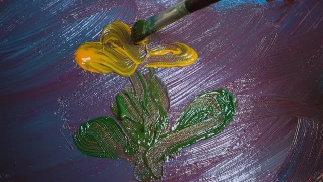 stockvideo's en b-roll-footage met artist paints flower on canvas - verfkwast